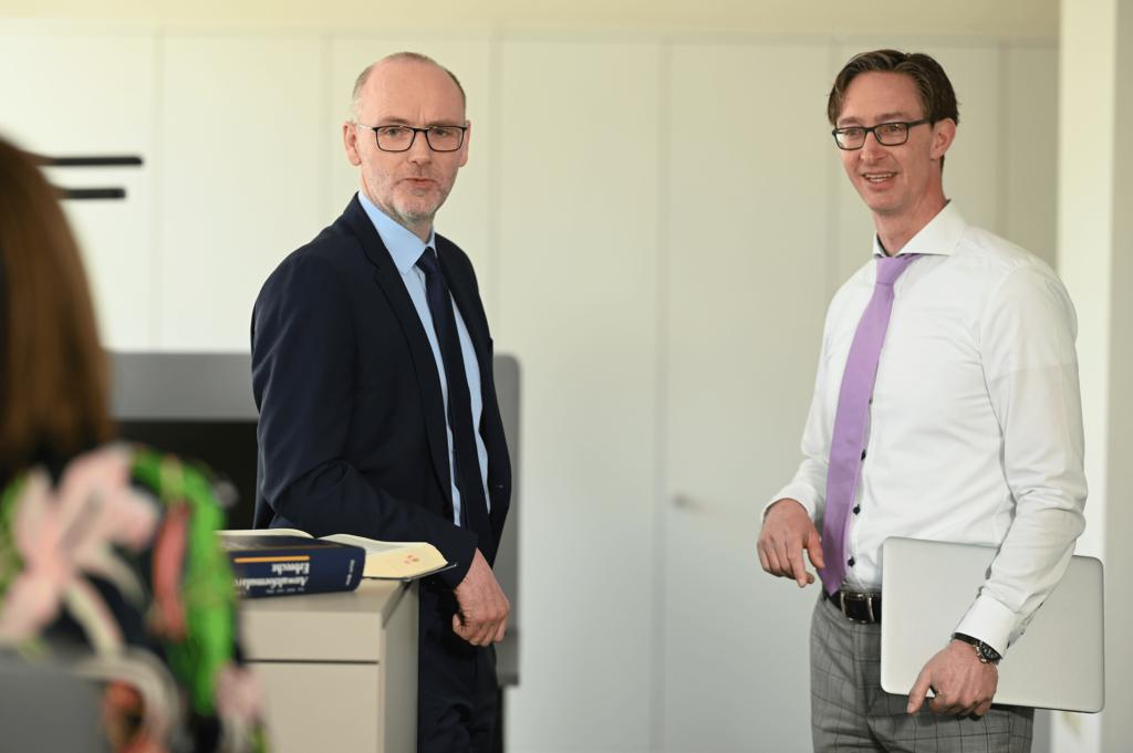 Guido Hagedorn und Phillip Nagel diskutieren über ein Testament.