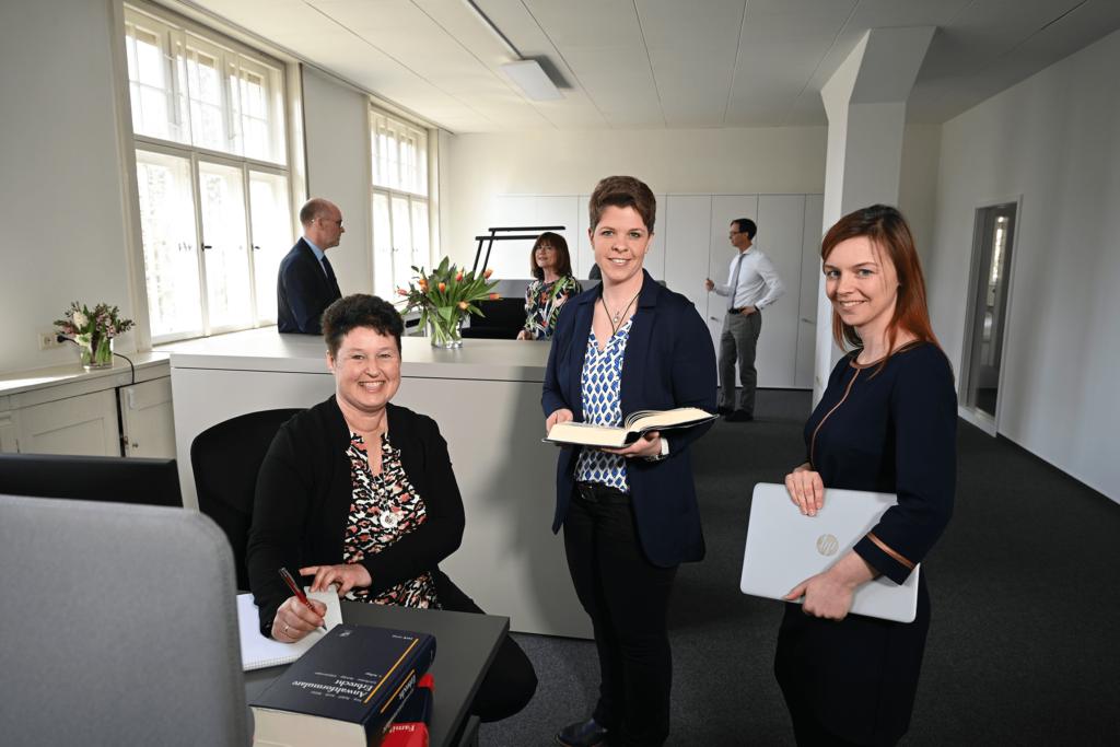 Die 3 Rechtsanwaltsfachangestellten Katharina Fischer, Gabriele Domin und Claudia Büchele sind in der Kanzlei und bereit Ihren Fall entgegen zu nehmen.