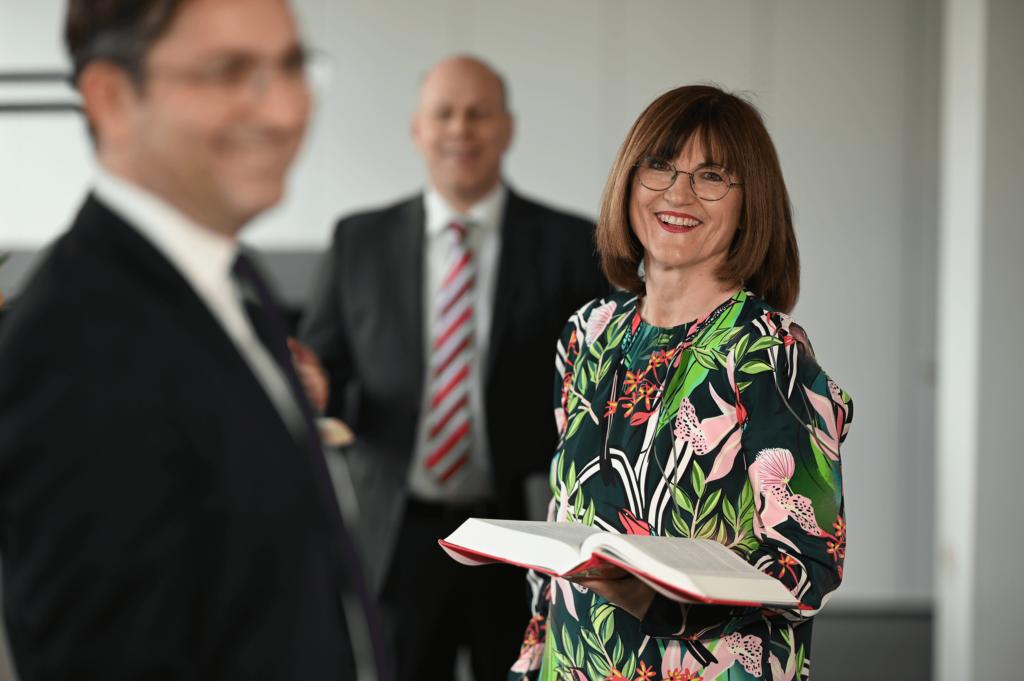 Elisabeth Bauersmann, Fachanwältin für  Familienrecht, lächelt unterstützend und sympathisch.