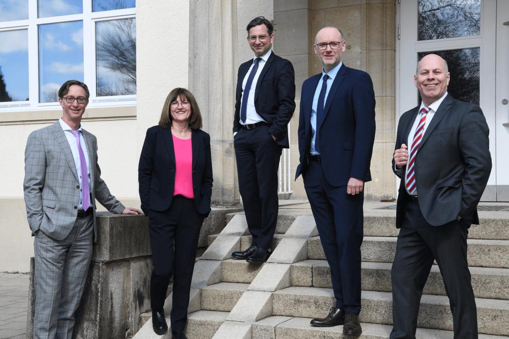 Die 5 Fachanwälte der Kanzlei Ferba für Familienrecht und Erbrecht stehen sympathisch vor Ihrer Kanzlei in Wangen im Allgäu
